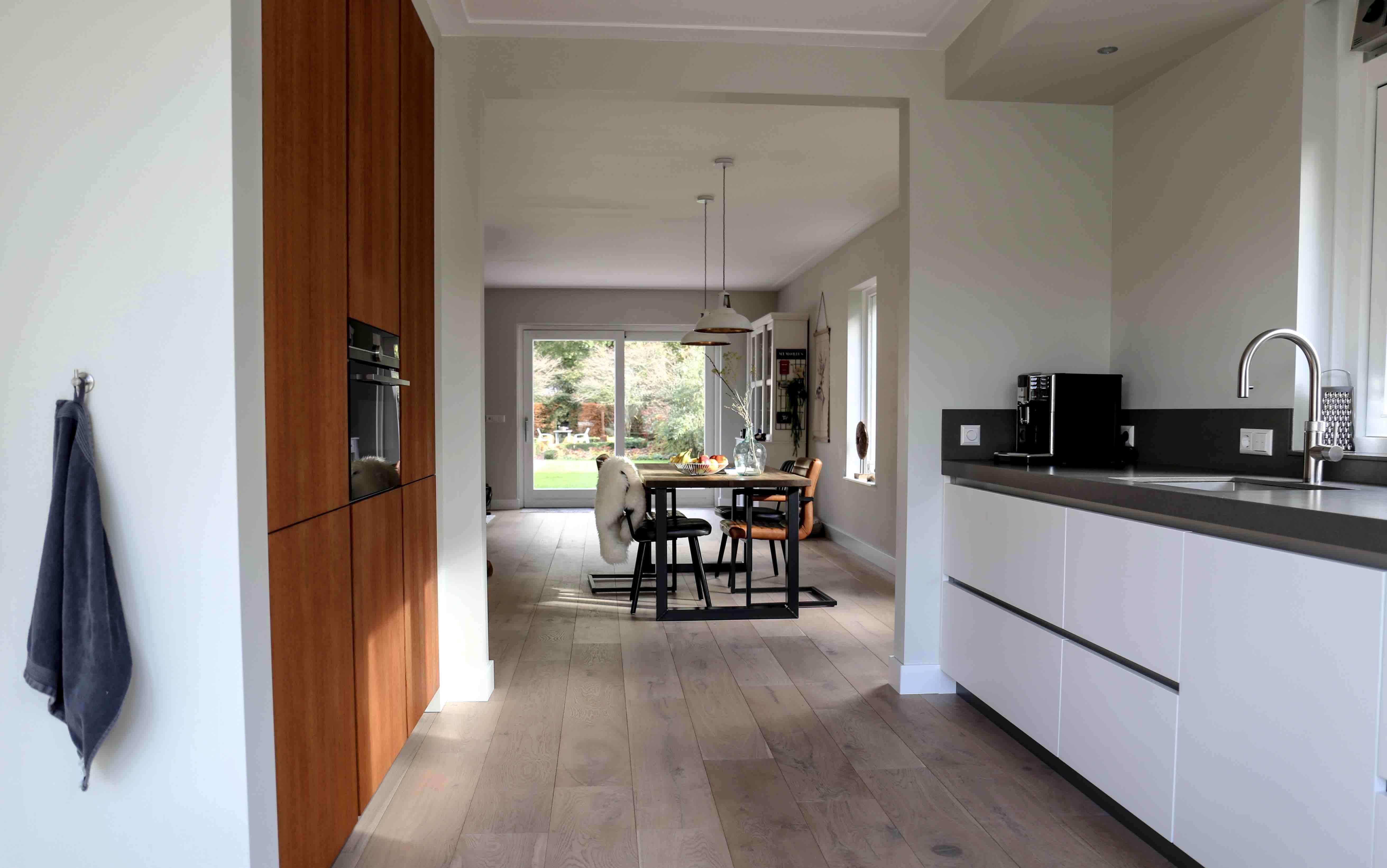Moderne keuken met zijdeglans fronten